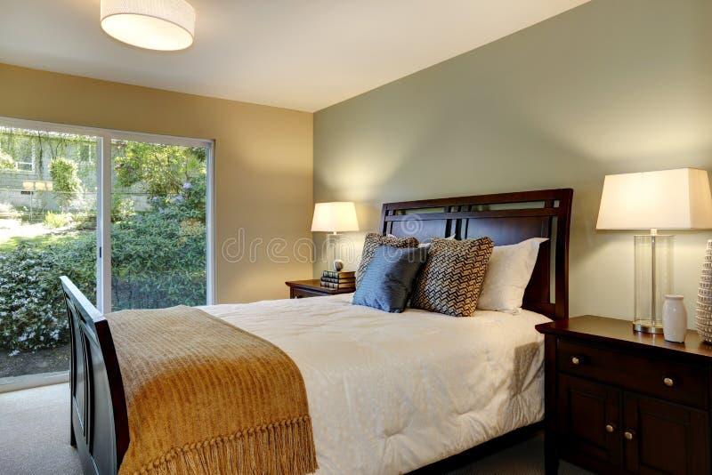 https://thumbs.dreamstime.com/b/moderne-kalme-slaapkamer-met-groene-muur-en-grote-deur-aan-de-tuin-32017263.jpg