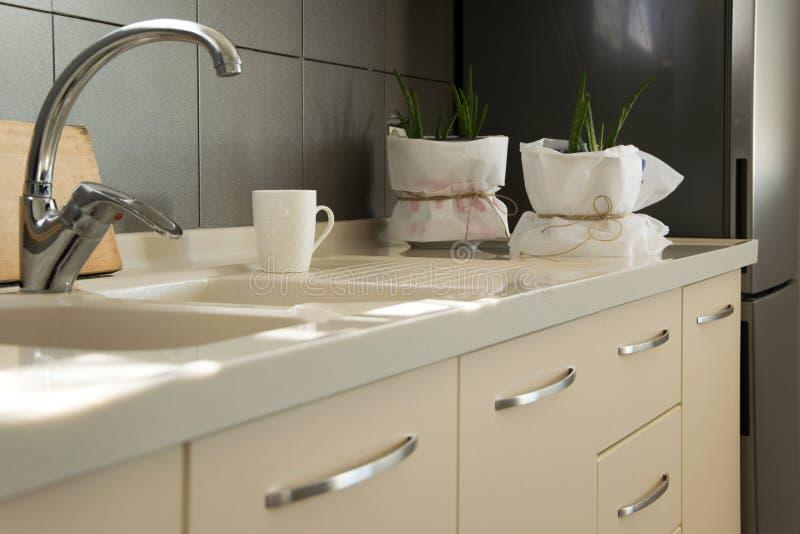 Moderne keuken binnenlandse, Skandinavische eigentijdse stijl stock afbeeldingen