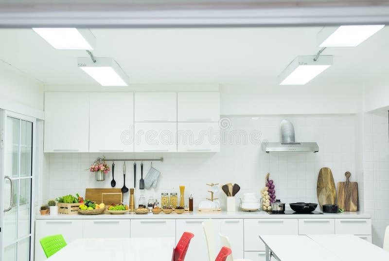 Moderne keuken Binnenlandse wit en schoon bij nieuw huis stock foto