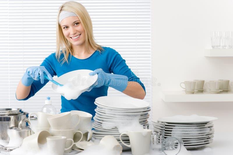Moderne keuken - de gelukkige schotels van de vrouwenwas royalty-vrije stock afbeelding