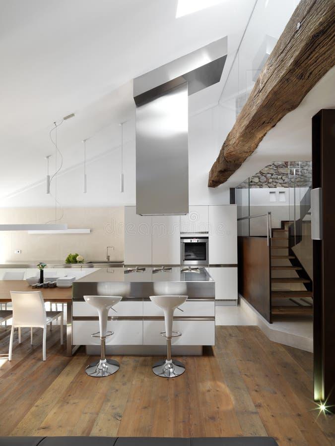 Moderne keuken dichtbij aan trap royalty-vrije stock afbeelding
