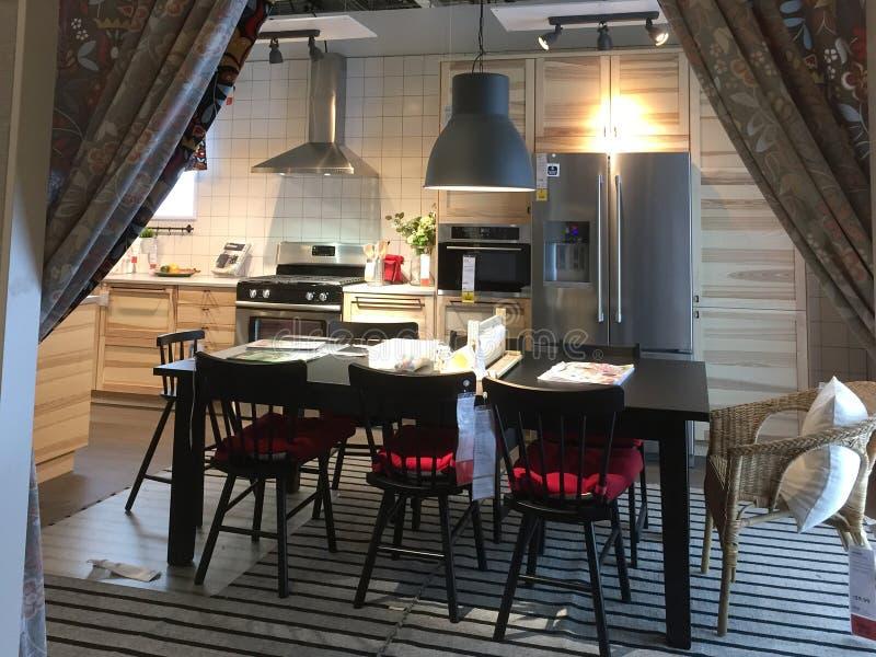 Moderne keuken en dinning ruimteontwerp bij het leveren van opslag IKEA stock foto's