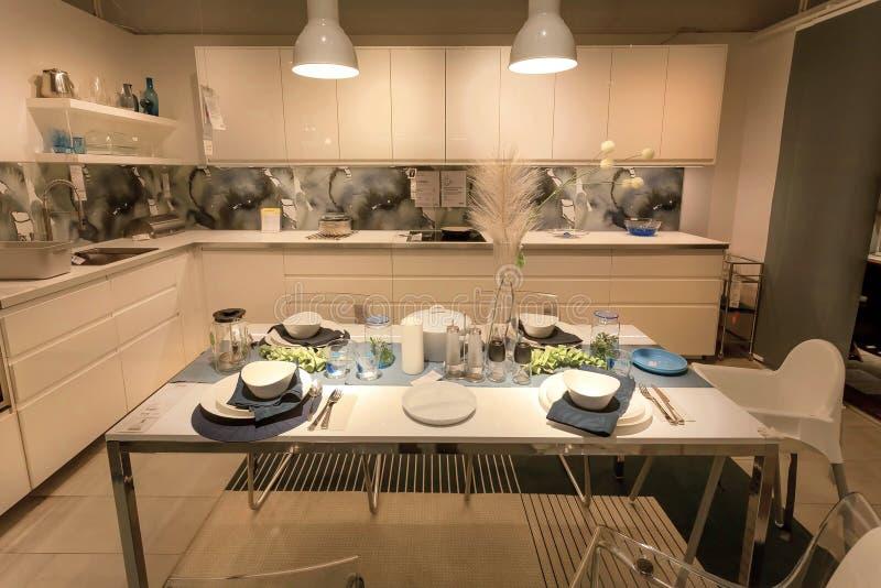 Moderne keuken en eetkamer in grote IKEA-opslag met meubilair, decor en vele producten voor huis royalty-vrije stock afbeeldingen