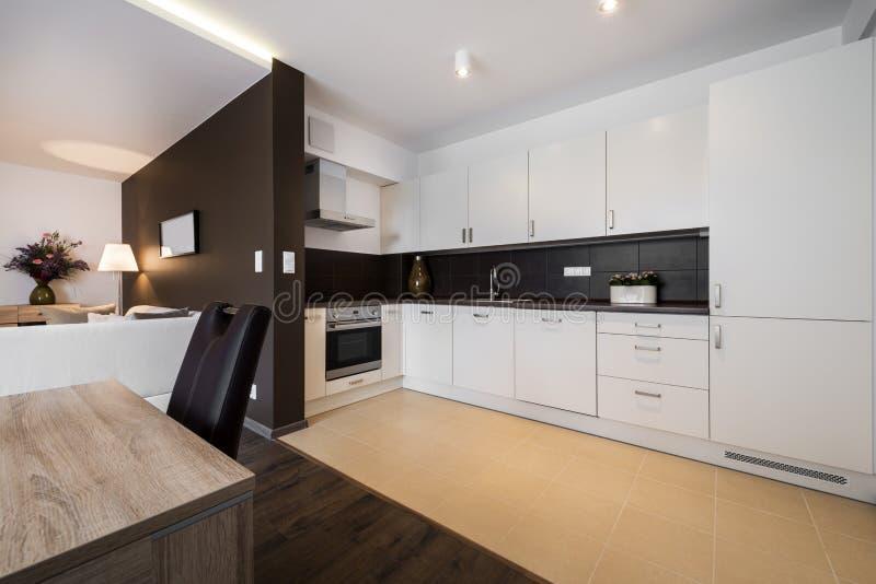 Moderne keuken en woonkamer royalty-vrije stock foto's