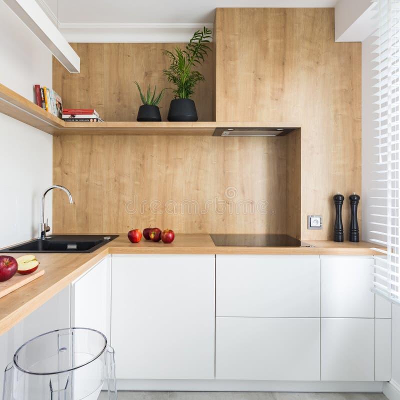 Moderne keuken met houten meubilair royalty-vrije stock foto's