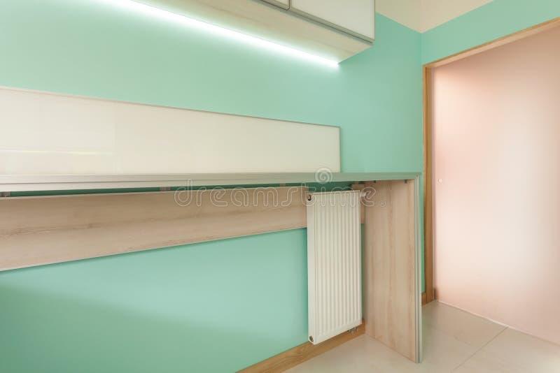 Moderne keuken met houten worktop stock foto