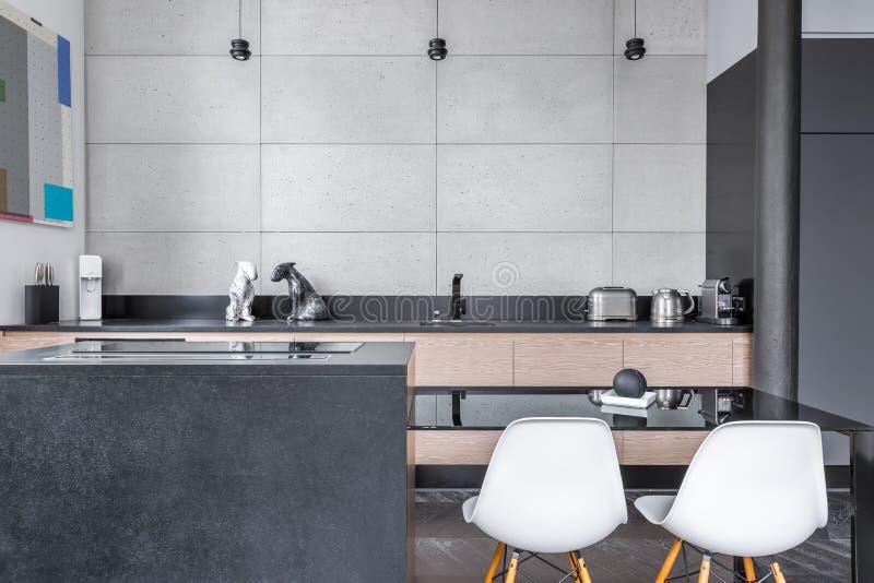 Moderne keuken met lijst royalty-vrije stock afbeelding