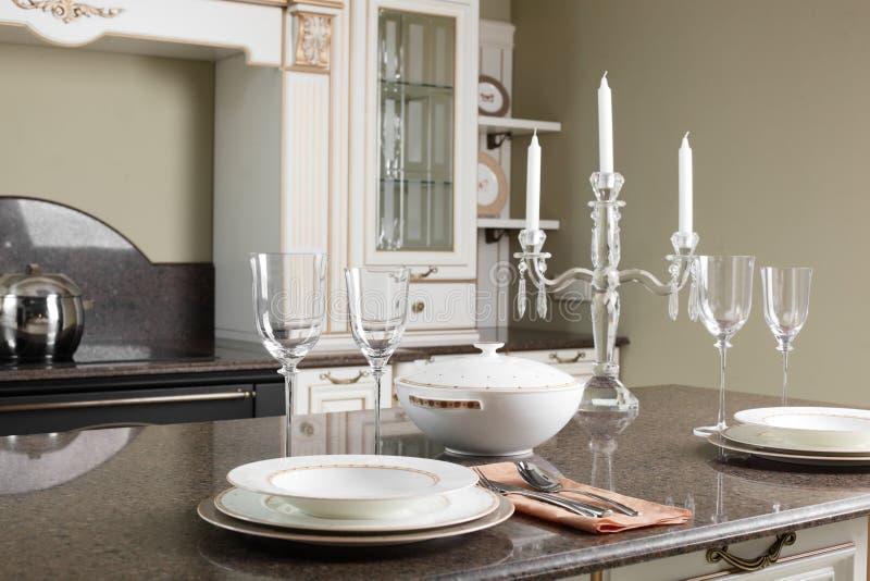 Moderne keuken met modieus meubilair royalty-vrije stock afbeelding
