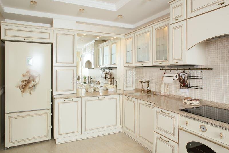 Moderne keuken met modieus meubilair stock afbeeldingen