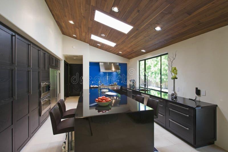 Moderne keuken met ontbijtbar stock afbeeldingen afbeelding 33906414 - Keuken met teller ...