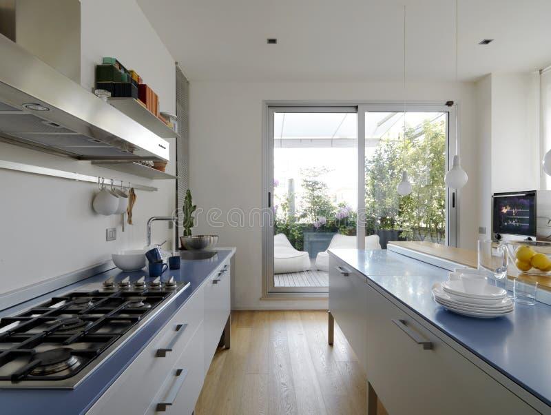 Moderne keuken met terras royalty-vrije stock afbeelding