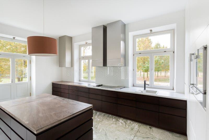 Moderne keuken in nieuw huis stock afbeeldingen