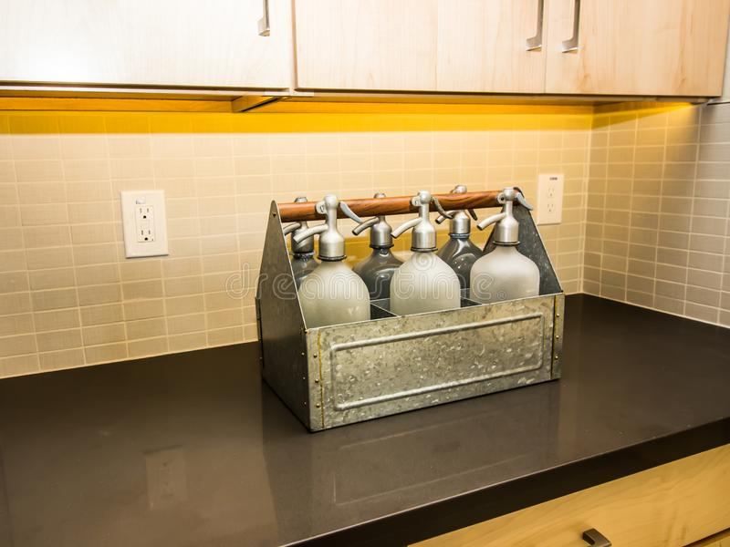 Moderne Keuken Tegenbovenkant met Seltzer-Flessendecor stock foto