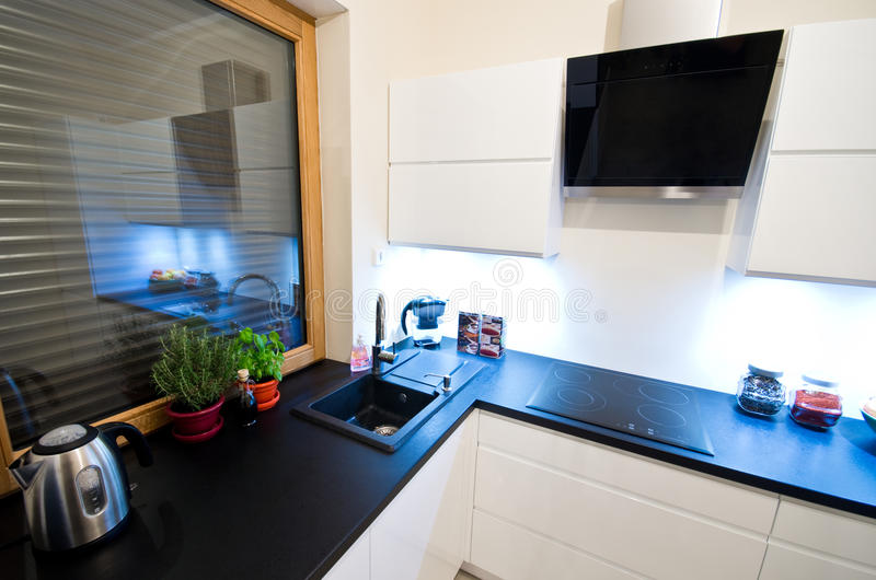 Moderne keuken in wit stock foto