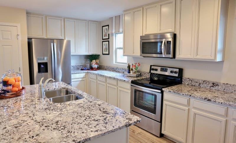 Moderne keuken in wit stock afbeeldingen