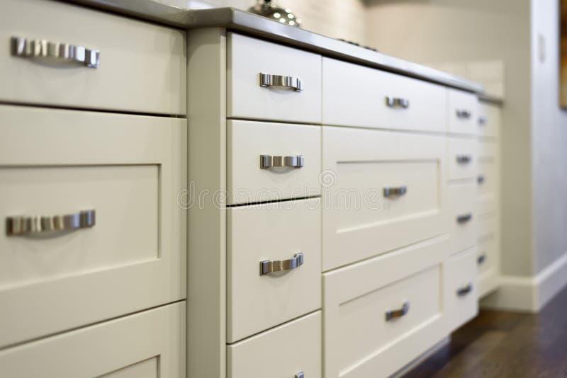 Moderne keukenkasten stock afbeelding
