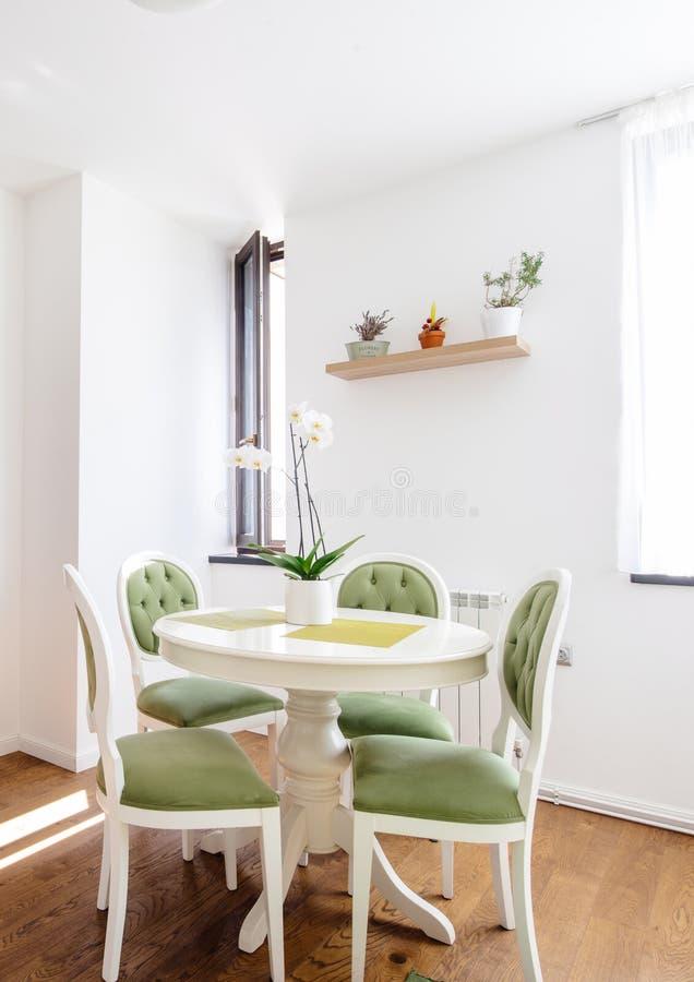 Moderne keukenlijst met het dineren stoelen en houten vloer Droge houten planken royalty-vrije stock foto's