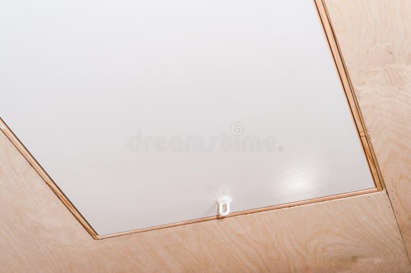 Moderne keurige deur aan de zolder met een vouwende trap stock afbeeldingen