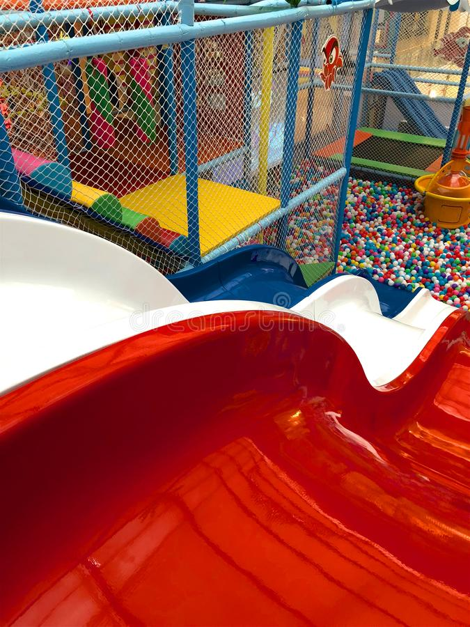 Moderne kinderenspeelplaats binnen met dia royalty-vrije stock afbeeldingen