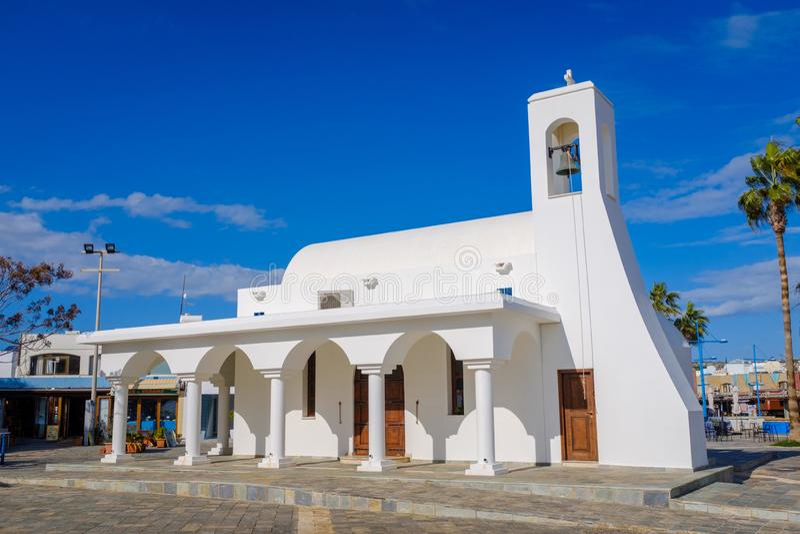 Moderne Kirche auf einer Promenade stockfotografie