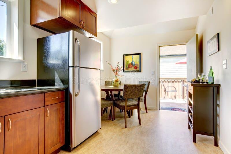 Moderne Stehlen moderne kirschküche mit stehlen geräte stockbild bild 25259057
