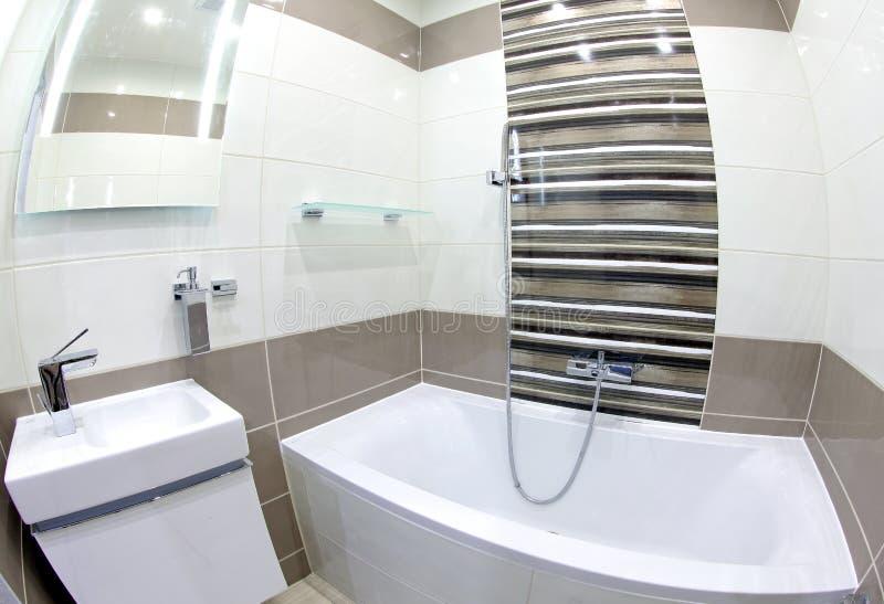 Moderne kleine badkamers stock foto. Afbeelding bestaande uit ...