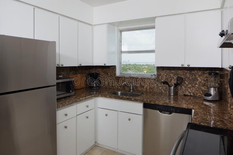 Moderne kleine keuken stock foto afbeelding bestaande uit voorraad 53343386 for Kleine keukens fotos