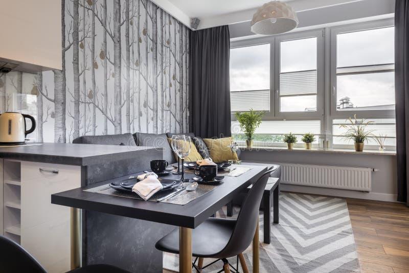 Moderne kleine ruimte met keuken royalty-vrije stock afbeeldingen