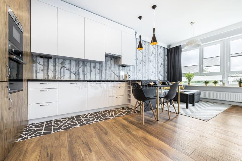 Moderne kleine ruimte met keuken royalty-vrije stock foto