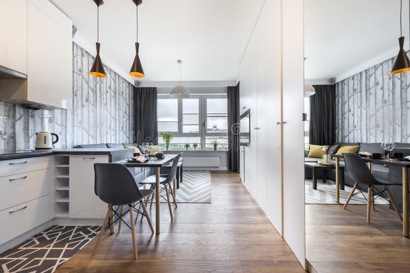 Moderne kleine ruimte met keuken royalty-vrije stock fotografie