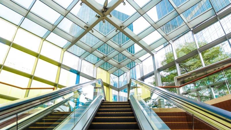 Moderne kommerzielle Baudecke mit Glastüre und Stahlrahmen lizenzfreies stockfoto