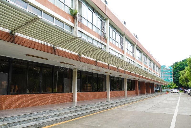 Moderne kommerzielle Bauwand mit Glastüre und Stahlrahmen stockbilder