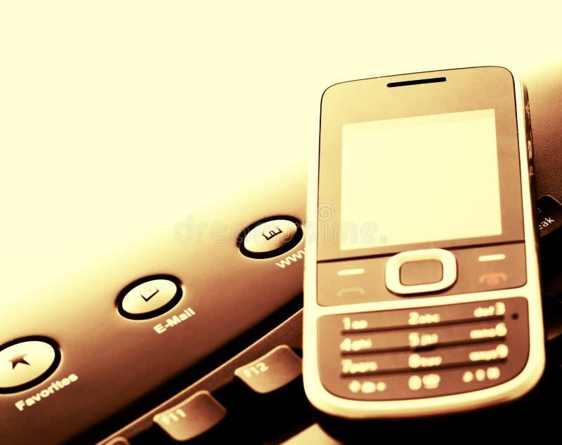 Moderne Kommunikation - Handy und eMail stockfotos
