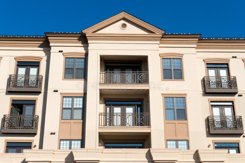 Moderne komplexe Wohnfassade stockfotos