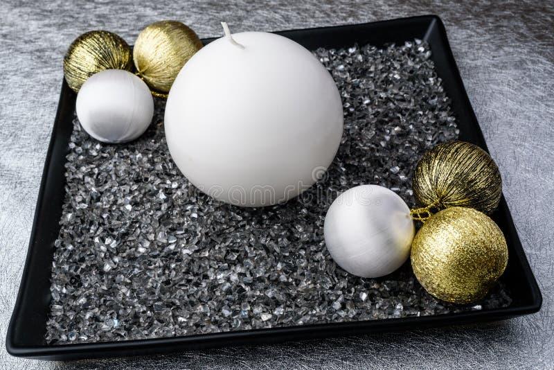 Moderne komstkroon op een zilveren tafelkleed stock afbeelding