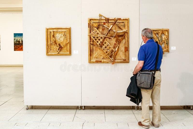 Moderne kunst in het Paleis van Boekarest Ceausescu stock foto's