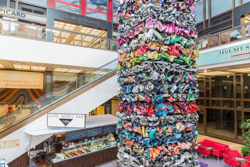 Moderne kunst van de stukken van het metaalhuisvuil in een winkelcomplex in Berlijn