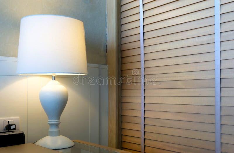 Moderne lamp op de slaapkamer van het lijsthuis binnenlands het plaatsen bed stock foto's