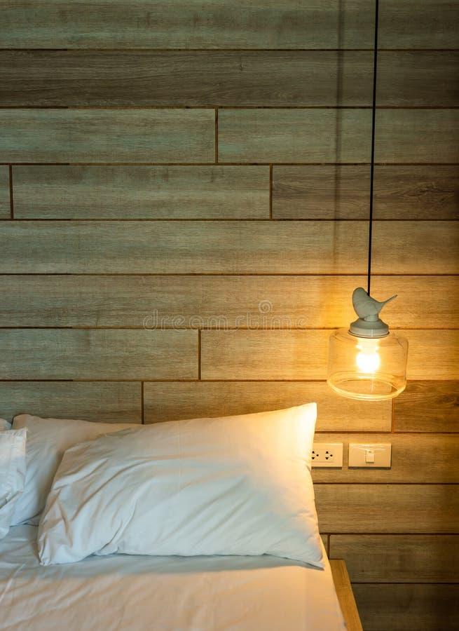 Moderne lamp op het witte bed stock afbeeldingen