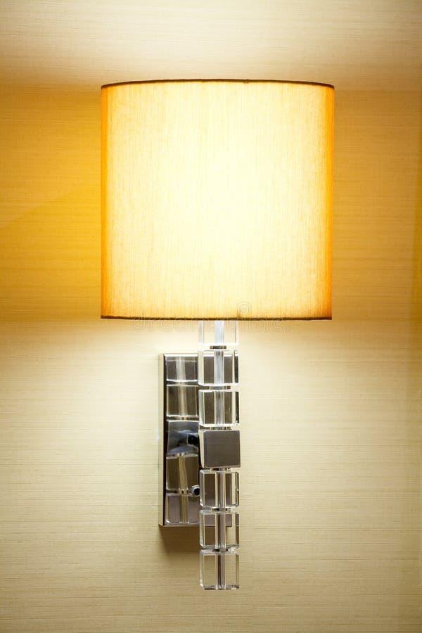 Moderne Lampe auf dem Wandhintergrund lizenzfreie stockbilder