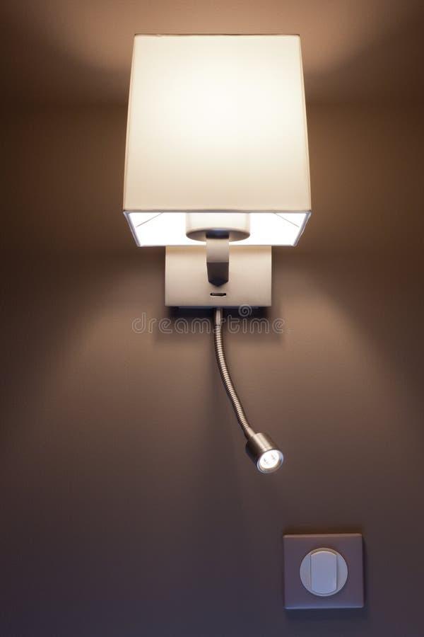 Moderne Lampe in einem Schlafzimmer lizenzfreies stockfoto