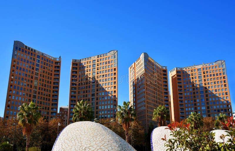 Moderne lange de bouwarchitectuur in Valencia stock foto's