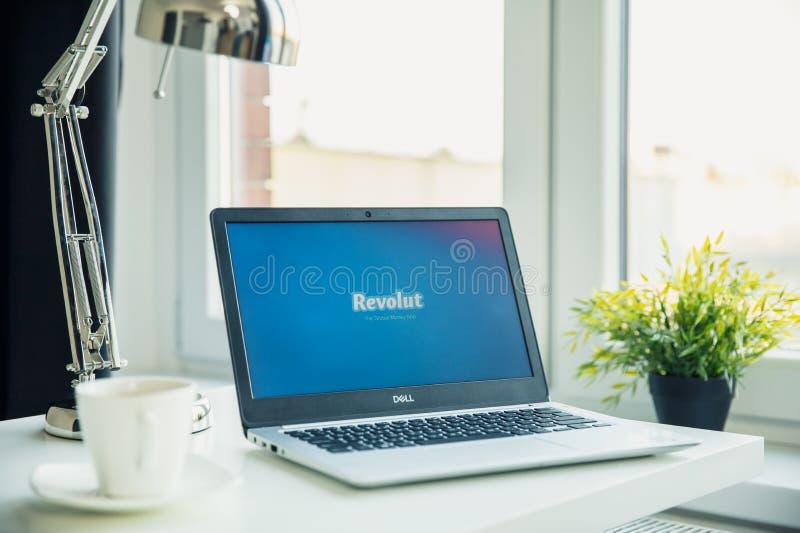 Moderne laptop op het bureau in bureau met Revolut-embleem op het scherm stock afbeelding