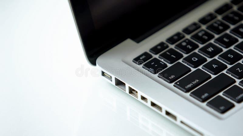 Moderne Laptophäfen Nahaufnahme, Computerstecker, PC-Technologie, Datenverbindung stockfotografie