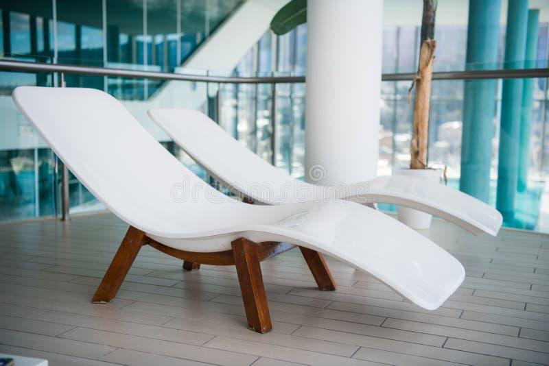 Moderne ligstoelen bij luxehotel Privé zwembad voor ontspanning, met mooi binnenland stock foto's