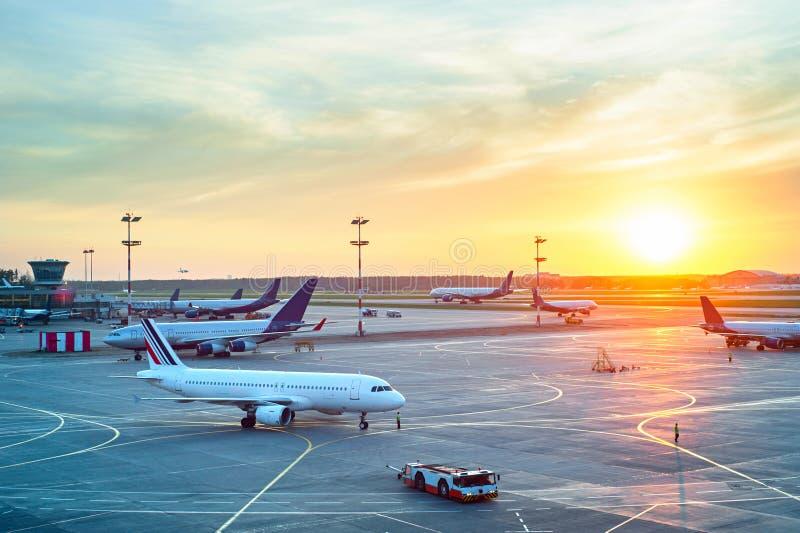 Moderne luchthaven bij zonsondergang royalty-vrije stock foto's