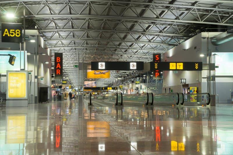 Moderne luchthaventerminal, de Luchthaven van Brussel, België stock foto's