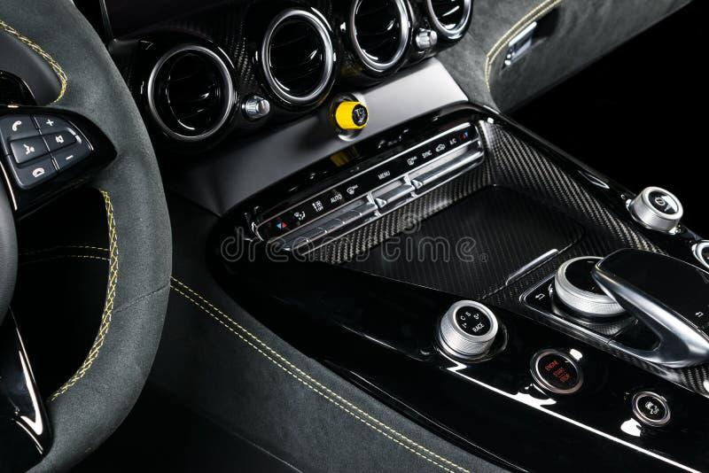 Moderne Luxeauto binnen Binnenland van prestige moderne auto Comfortabele leerzetels Zwart geperforeerd leer met gele stitchi royalty-vrije stock afbeeldingen