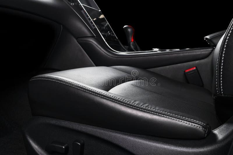 Moderne Luxeauto binnen Binnenland van prestige moderne auto Comfortabele leerzetels Zwarte geperforeerde leercockpit met steek stock afbeelding
