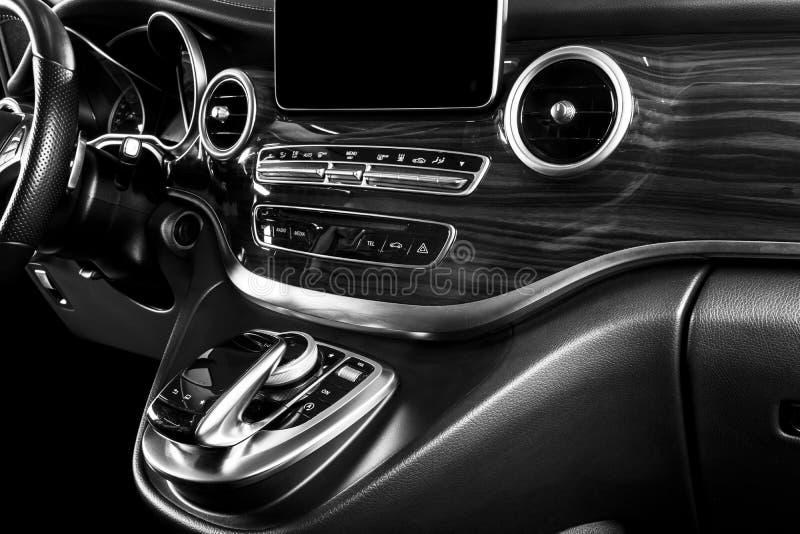 Moderne Luxeauto binnen Binnenland van prestigeauto Comfortabele leerzetels Geperforeerde leercockpit met het witte stikken ST stock fotografie